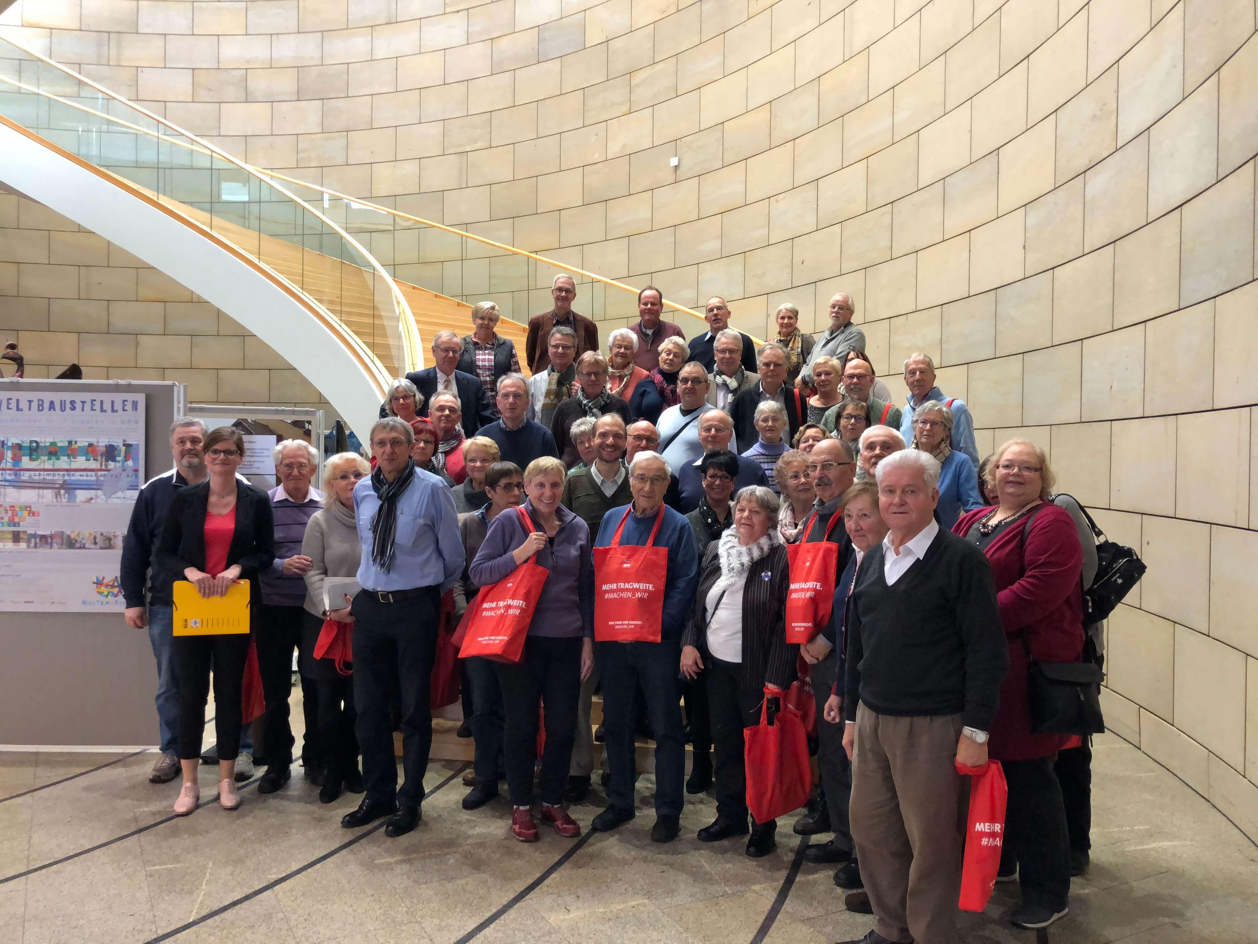 Sarah Philipp begrüßt Bürgerinnen und Bürger aus Duisburg im Landtag