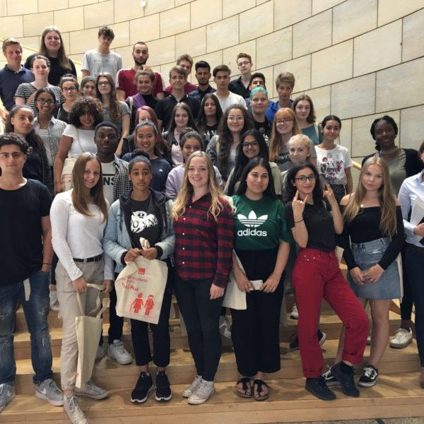 SPD-Landtagsabgeordnete Sarah Philipp begrüßt eine Schulklasse der Gesamtschule Duisburg-Mitte im Landtag Nordrhein-Westfalen