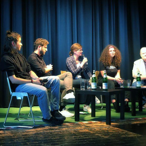 Sarah Philipp (SPD) diskutiert mit PolitikerInnen, SchülerInnen und LehrerInnen zum Thema Fridays for Future am Steinbart-Gymnasium